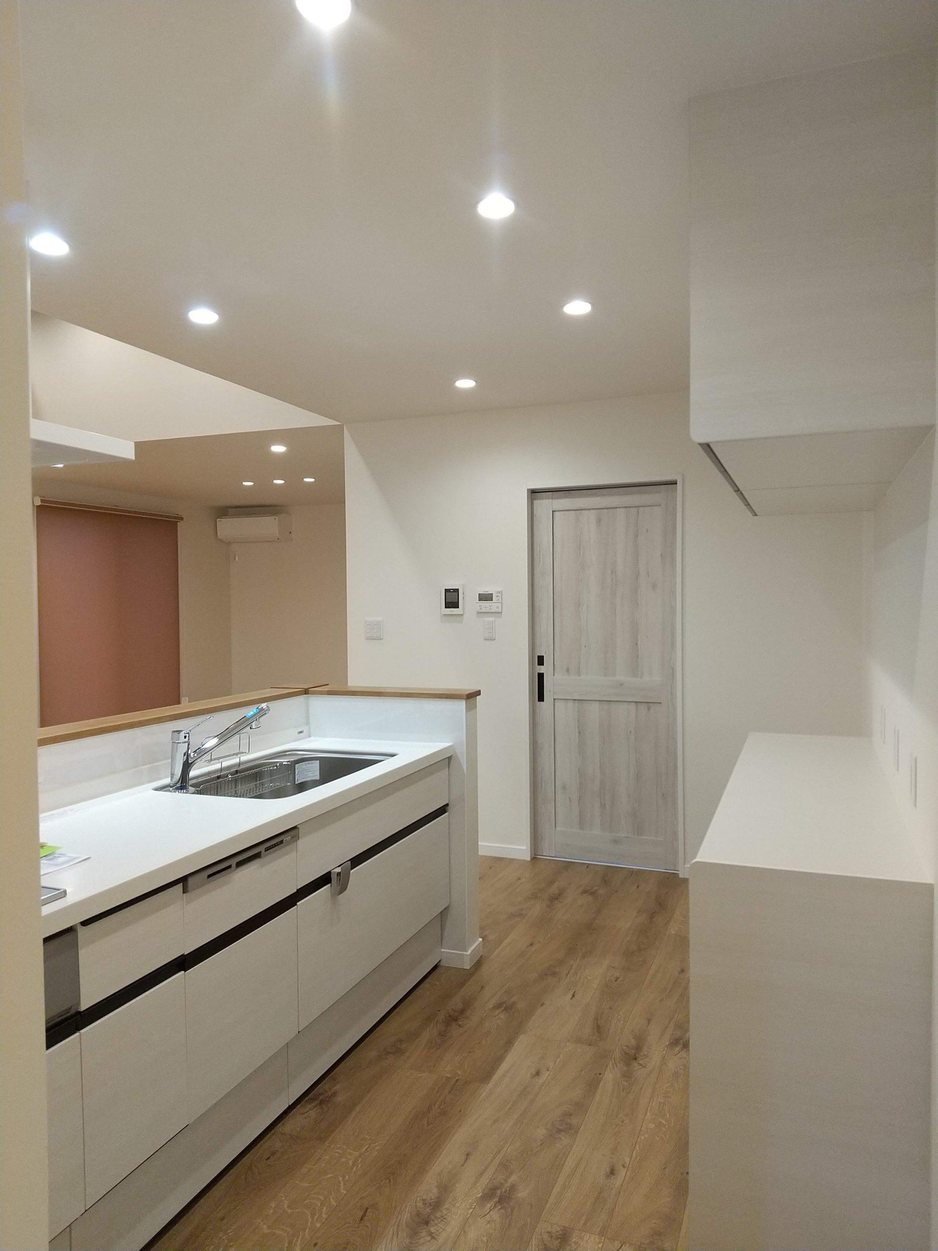 ホワイトの清潔感あふれるキッチン。